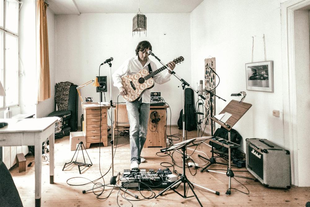 KMET - Gitarrist im Studio