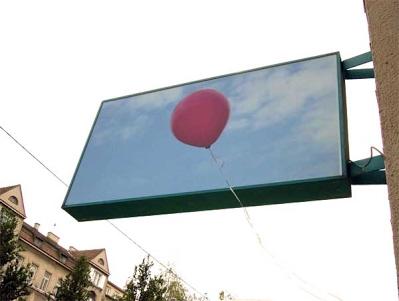 Schaukasten mit rotem Ballon