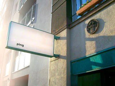 """Schaukasten mit Aufschrift """"ping"""""""